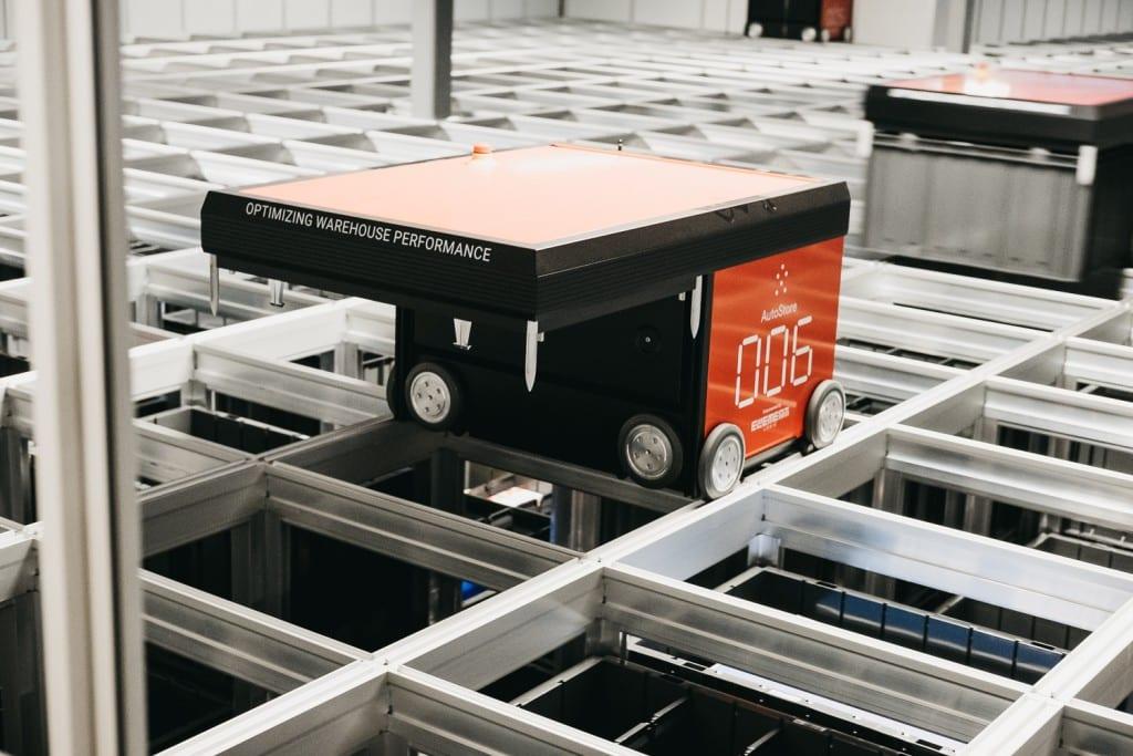 Een close-up van een werkende AutoStore-robot in het Oslo-magazijn.