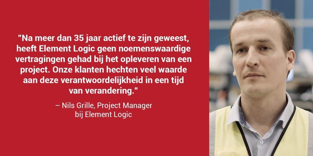 """Een rode doos met een portretfoto van Nils Grille en de quote: """"Na meer dan 35 jaar actief te zijn geweest, heeft Element Logic geen noemenswaardige vertragingen gehad bij het opleveren van een project. Onze klanten hechten veel waarde aan deze verantwoordelijkheid in een tijd van verandering"""""""