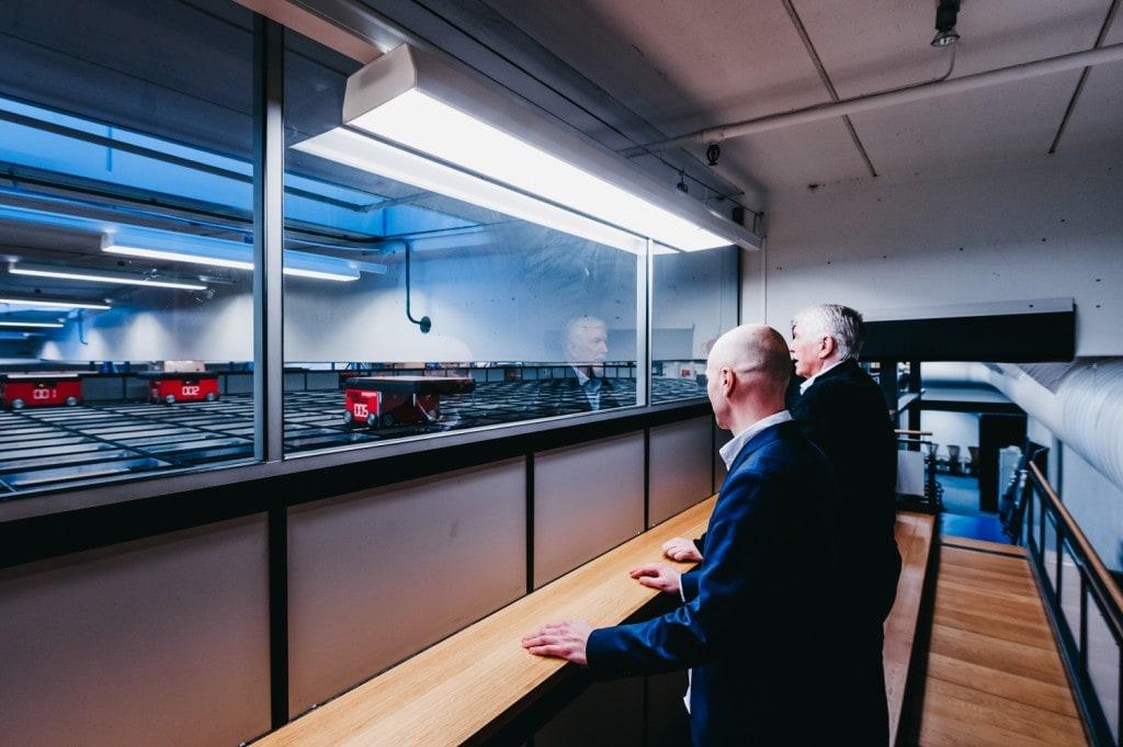 Jan Kleven en Roger Furnes kijken uit naar de AutoStore-robots op de grid.