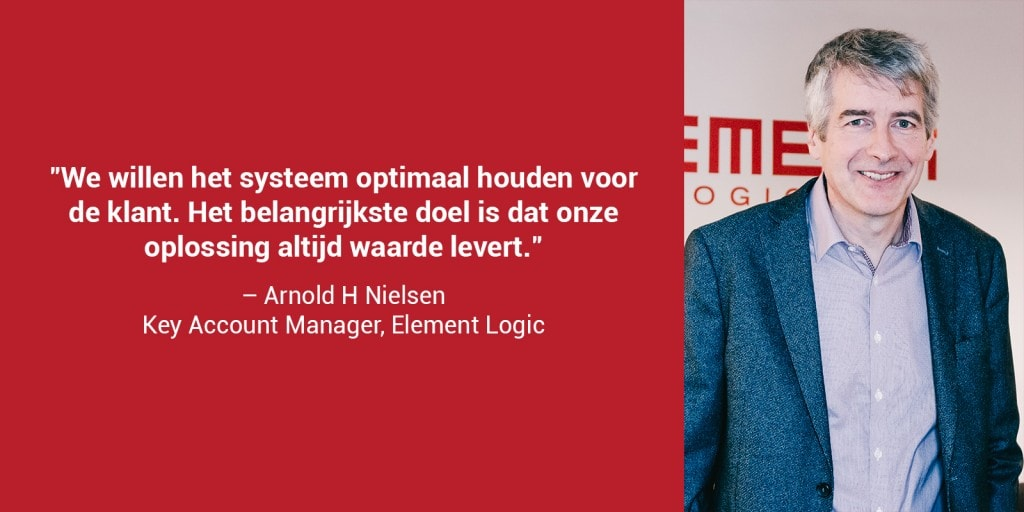 """Een close-upfoto van Arnold Nielsen in een rood kader met de quote """"We volgen maandelijks prestatierapporten op en onderhouden het systeem minstens twee keer per jaar - afhankelijk van de looptijd""""."""